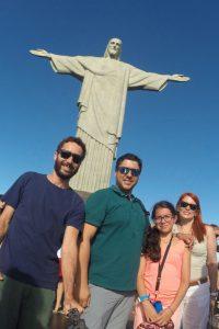 Foto do Cristo Redentor tirada de uma Go Pro, um Guia e uma Familia juntos